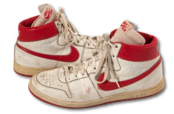 Par de tênis do primeiro ano de Jordan na NBA (Foto: Divulgação/SCP Auctions)
