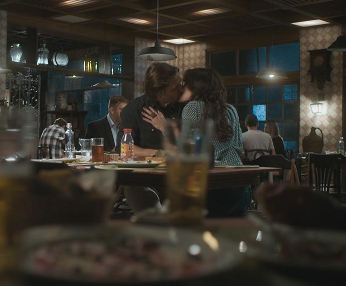 Primeiro beijo entre Rubem e Bia  (Foto: TV Globo)