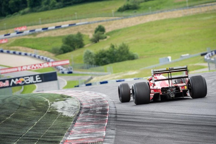 Sebastian Vettel guiando a Ferrari de Gerhard Berger usada na temporada de 1988 (Foto: Reprodução/Twitter)