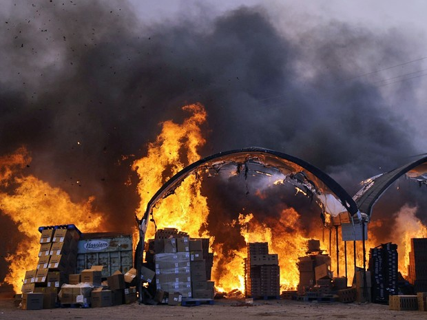 Incêndio na Califórnia atinge pesticidas em propriedade agrícola. (Foto: Reuters)