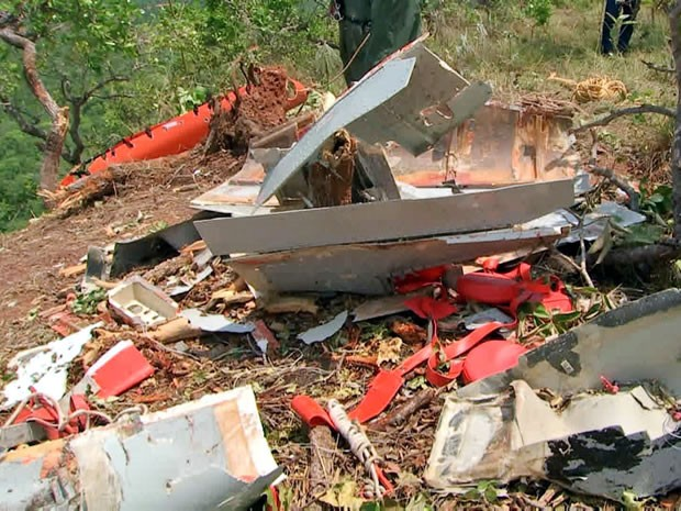 Bombeiros e policiais encontraram destroços da aeronave em morro de Chapada dos Guimarães (Foto: Reprodução/TVCA)