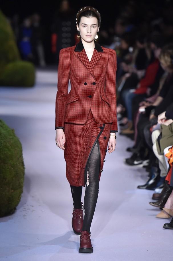 NEW YORK, NY - FEBRUARY 12:  A model walks the runway at the Altuzarra Autumn Winter 2017 fashion show during New York Fashion Week on February 12, 2017 in New York, United States.  (Photo by Catwalking/Getty Images) (Foto: Getty Images)