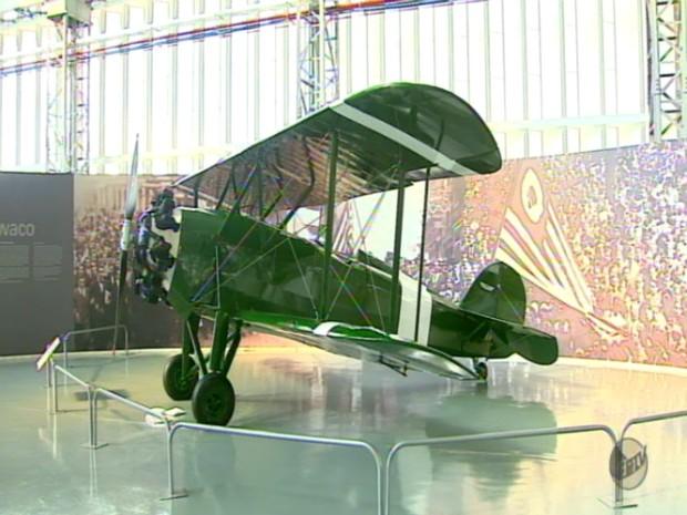 Aeronave do modelo Waco de 1927 está exposta no museu (Foto: Reprodução/EPTV)