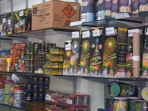 Venda de fogos de artifício só é permitida em lojas especializadas (Foto: Reprodução/RBS TV)