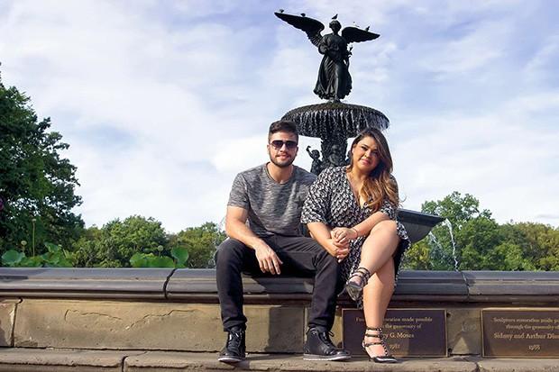 . (Foto: O casal na Bethesda Fountain, uma das mais famosas fontes do mundo. Ela também é conhecida como Water Angel (Anjo da Água) e, além do anjo, que fica no topo, tem quatro querubins que simbolizam saúde, pureza, temperança e paz. )