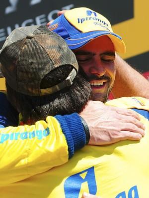 Thiago Camilo abraça o pai após vitória em Ribeirão Preto (Foto: Duda Bairros / Stock Car)