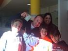 Rubens Barrichello vota ao lado da família 'após anos justificando voto'