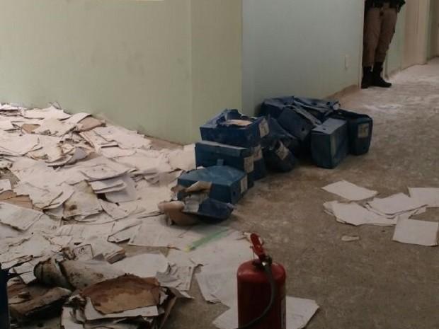 Arquivos e prontuários do Hospital Regional de Bocaiúva foram danificados pelo fogo (Foto: Jair Bastos/Prefeitura de Bocaiúva)