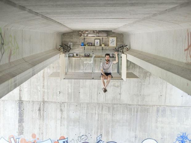 Designer cria casa-estúdio suspensa debaixo de ponte  (Foto: Jose Manuel Pedrajas/Divulgação)