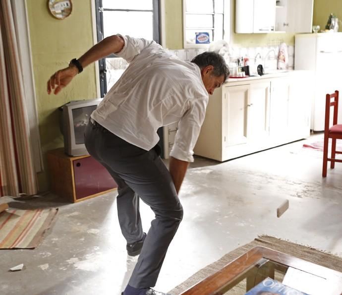 Orlando consegue destruir o celular em que estava a gravação contra ele (Foto: Ellen Soares/Gshow)