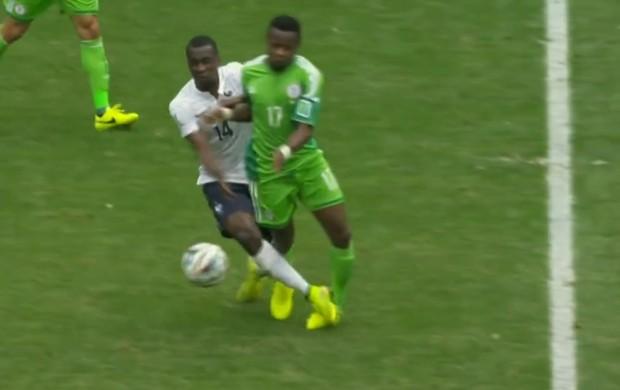 Onazi é pisado por Matuidi França Nigéria (Foto: Reprodução SporTV)