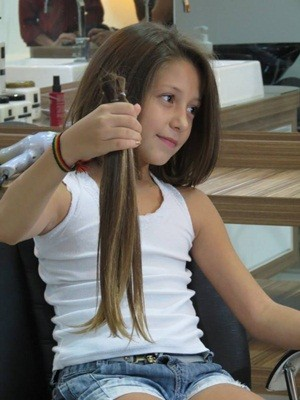Lívia Arruda mostra cabelo que será doado para pacientes com câncer  (Foto: Lays Carvalho/G1)