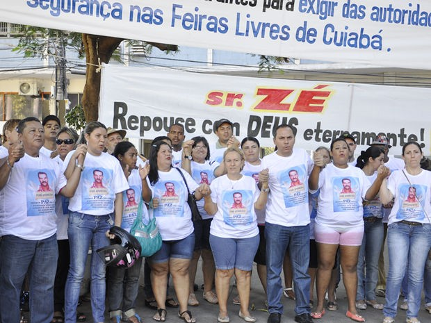 Manifestantes protestaram em praça no Centro de Cuiabá (Foto: Rayane Alves/ G1)