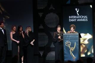Os diretores Fábio Strazzer e Joana Jabace, a atriz Paula Burlamaqui, a diretora de núcleo Amora Mautner e as autoras Thelma Guedes e Duca Rachid (Foto: Globo / Luiz C. Ribeiro)