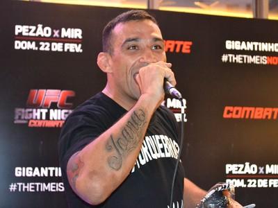 Fabricio Werdum sessão de autógrafos UFC Porto Alegre (Foto: Marcelo Barone)