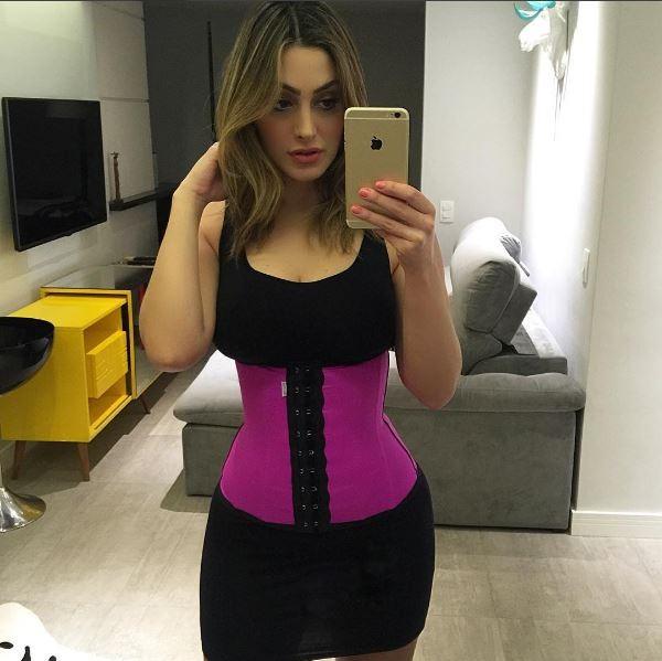 Francine Piaia com sua cinta (Foto: Reprodução/Instagram)