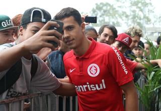 Nilmar faz selfie com torcedor (Foto: Diego Guichard)