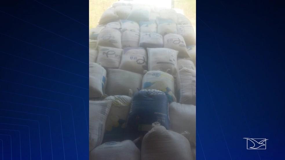 Caminhão com duas toneladas de grãos foi apreendido durante a operação. (Foto: Reprodução/TV Mirante)