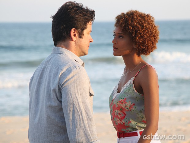 Jonas e Verônica no maior clima de romance na praia (Foto: Carol Caminha/TV Globo)