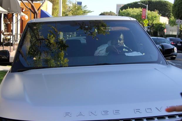 Kanye West dirigindo seu carro (Foto: AKM-GSI)
