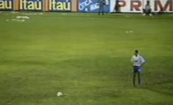 Ex-atacante Arildo Borges, do Linhares, se prepara para cobrar falta contra o Fluminense (Foto: Reprodução)