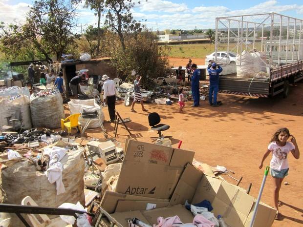 Caminhão de cooperativa de reciclagem de Taguatinga, no Distrito Federal, coleta material reunido por catadores em área de despejo irregular da Asa Norte (Foto: Alexandre Bastos/G1)