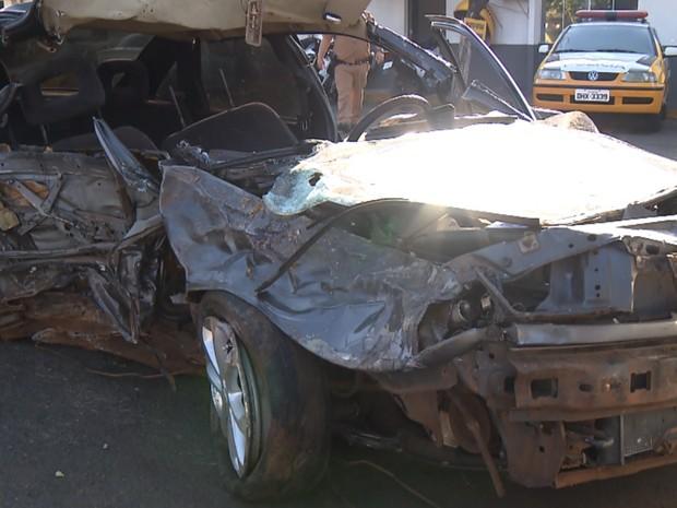 Carro ficou destruído após batida com menores em Londrina, no domingo (24) (Foto: Reprodução RPC)