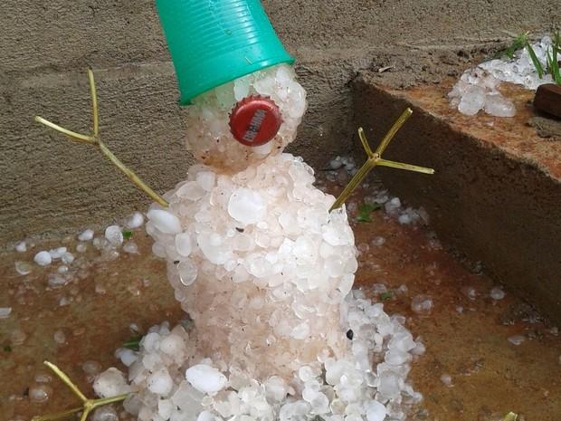 Moradora faz boneco com pedras de gelo que caíram em Monte Belo (MG) (Foto: Terezinha Lourdes)