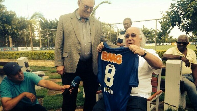 Tostão recebe camisa personalizada do presidente do Cruzeiro, Gilvan de Pinho Tavares (Foto: Rodrigo Fuscaldi)