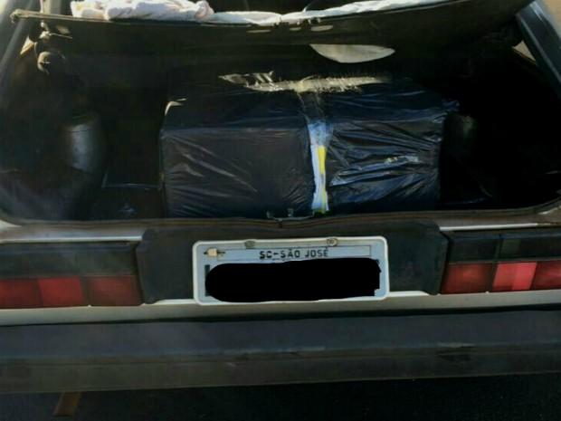 Nas primeiras horas da operação, agentes apreenderam um carro que transportava quatro caixas de cigarros contrabandeados do Paraguai (Foto: Receita Federal / Divulgação)