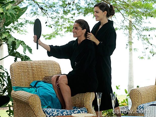 Marina penteia os cabelos de Clara e elogia sua beleza (Foto: Felipe Monteiro / TV Globo)