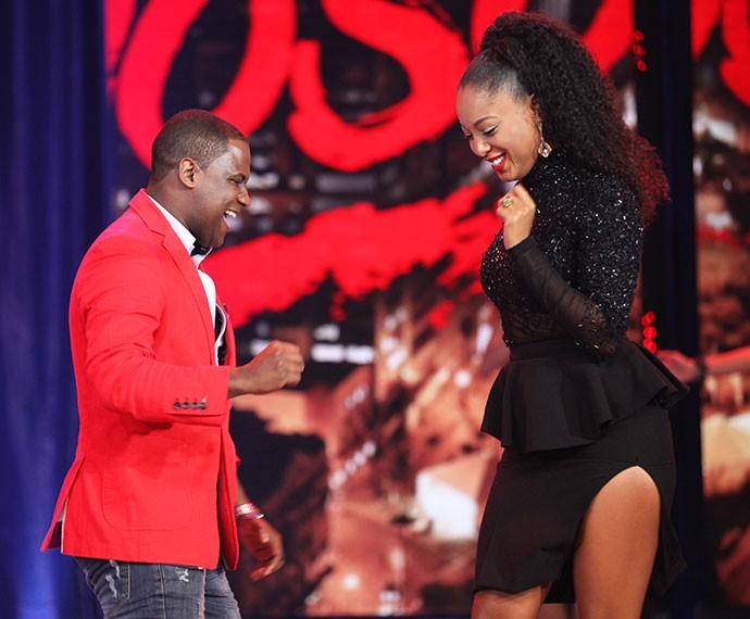 Negra Li samba no palco do 'Domingão' com o professor Patrick Carvalho (Foto: Fabiana Battaglin/Gshow)