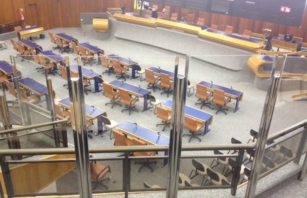 Vereadores criticam vidraça instalada para separar plenário em Goiânia, Goiás (Foto: Sílvio Túlio/G1)