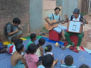 Crianças acompanhando espetáculo no bairro Pacoval, em Macapá (Foto: John Pacheco/G1)