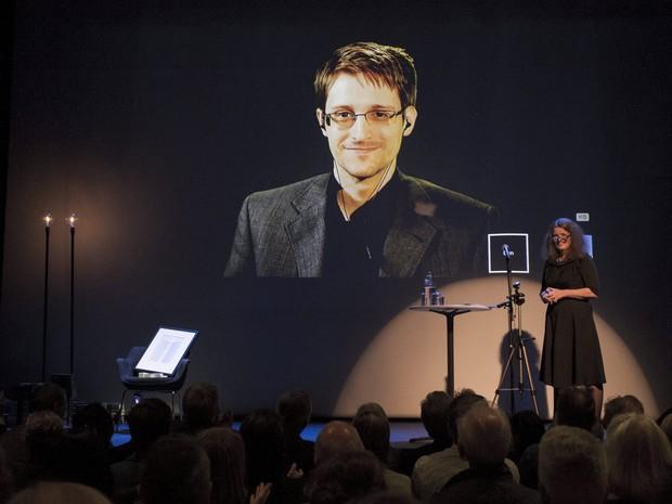 Snowden fala por videoconferência em entrega de prêmio na Noruega (Foto: REUTERS/Svein Ove Ekornesvaag/NTB Scanpix)