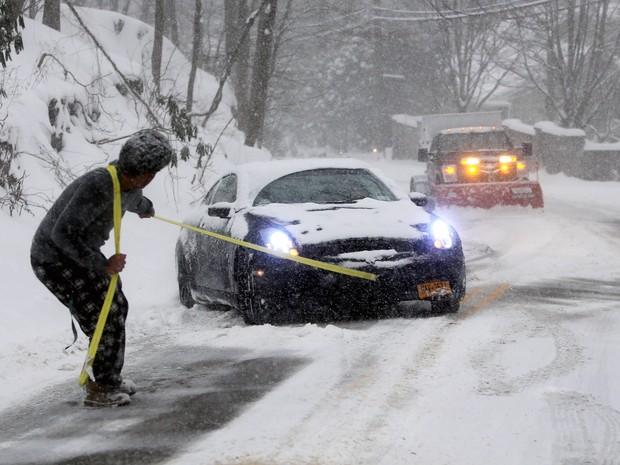 Michael McDonald ajuda a tirar carro de amigo que ficou parado em estrada de Irvington (Foto: Seth Harrison/The Journal News via AP)