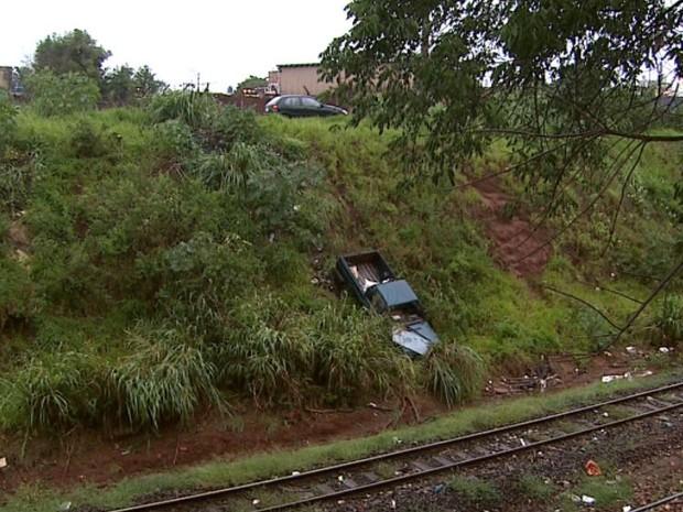 Uma caminhonete despencou de uma altura de 20 metros e um idoso ficou ferido em Ribeirão Preto, SP (Foto: Reprodução/EPTV)
