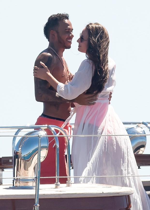 Lewis Hamilton e morena (Foto: AKM/GSI)