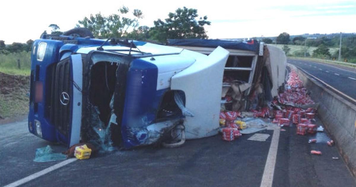 Caminhão com carga de cerveja tomba e interdita rodovia do Paraná - Globo.com