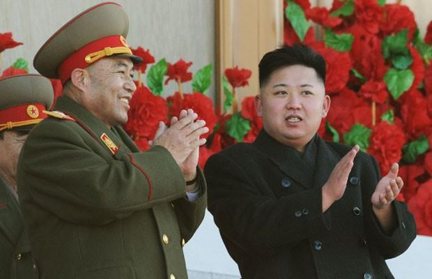 Ri, à esquerda, com o presidente Kim Jong-un (Foto: REUTERS/Kyodo/Arquivo)