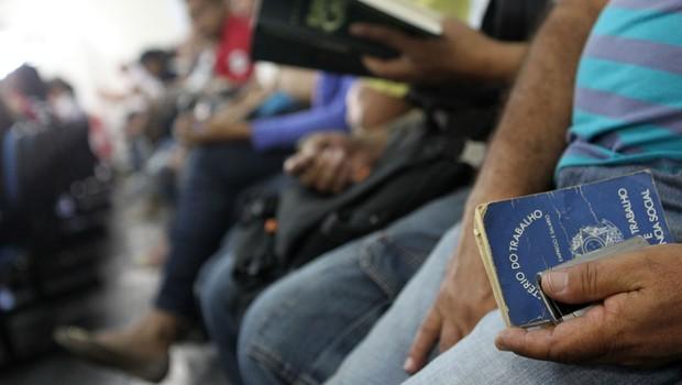 Desemprego ; carteira de trabalho ; carteira assinada ; desempregado ; emprego ;  (Foto: Agência Brasil)