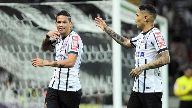 Luciano comemora gol do Corinthians contra o Goiás (Foto: Marcos Ribolli)