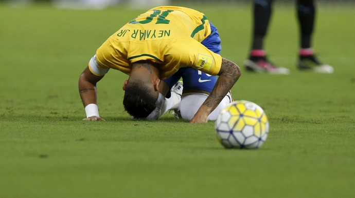 Neymar caído diante da bola Brasil x Uruguai (Foto: REUTERS/Paulo Whitaker)