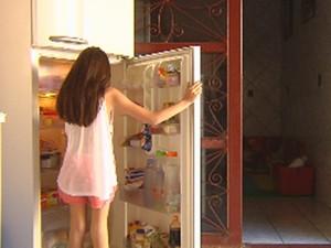 Abrir e fechar a geladeira várias vezes gasta mais energia elétrica (Foto: Reprodução/TV TEM)
