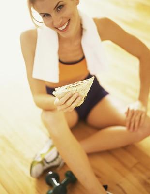 mulher comendo na academia eu atleta (Foto: Getty Images)