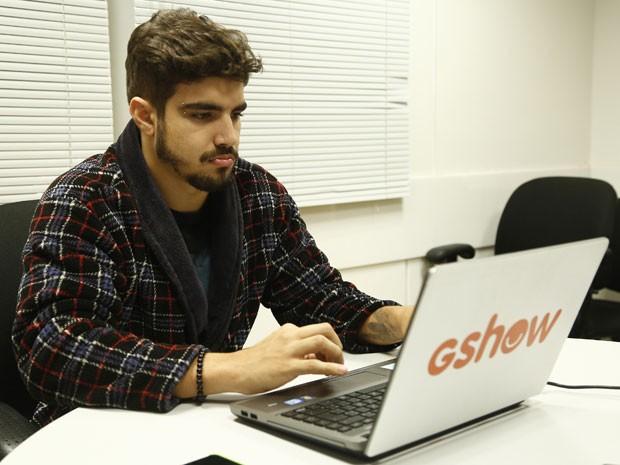 O ator assiste a novela e interage com os internautas (Foto: Raphael Dias/Gshow)