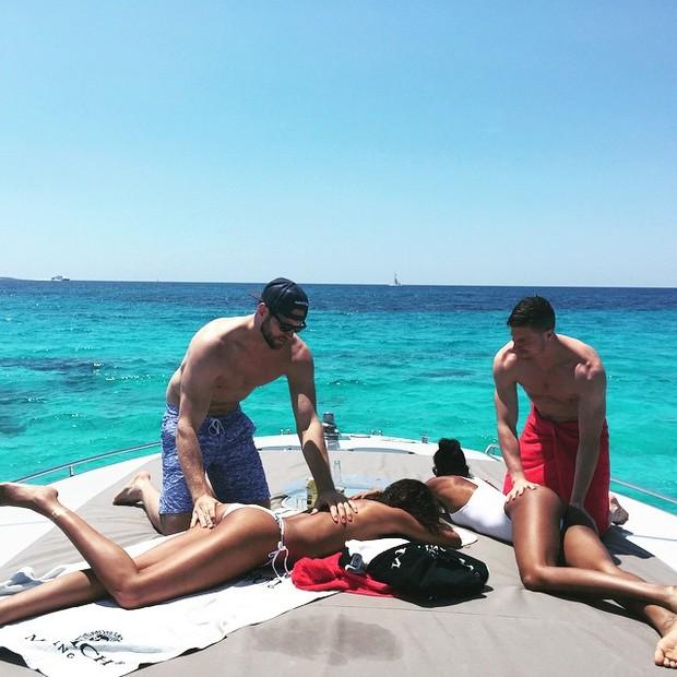Lais Ribeiro faz topless enquanto o namorado passa protetor solar em suas costas (Foto: Instagram / Reprodução)