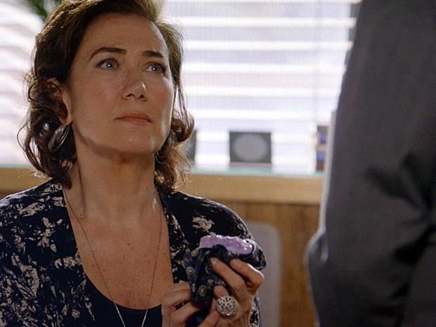 Maria Marta pede que Silviano esconda o diamente rosa (Foto: TV Globo)