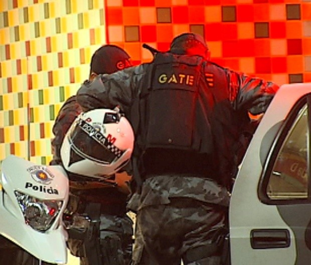 Falso explosivo mobilizou equipes da polícia, bombeiros e esquadrão antibombas (Foto: Reprodução/ Tv Tem)