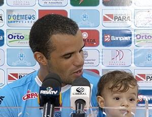 Marcus Vinicius levou o filho para o coletivo (Foto: Reprodução/ TV Liberal)